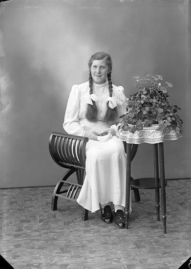 """Enligt fotografens journal nr 6 1930-1943: """"Svensson, Maj Britt Gröteröd Här""""."""