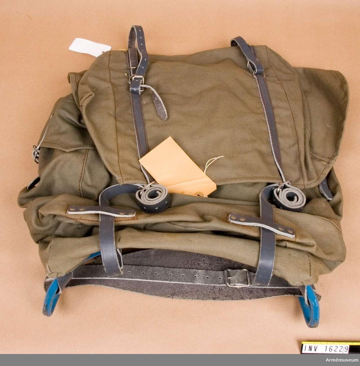 Ryggsäck större med fjädrande mes, arbetsmodell.Mesen är av blåmålad metall med fjädring i ryggstagen.