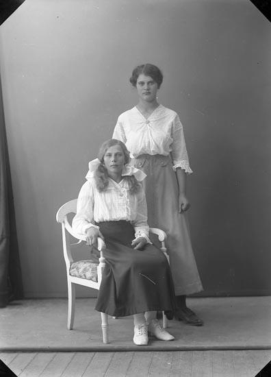 """Enligt fotografens journal nr 3 1916-1917: """"Karlsson, Alma Måröd Här""""."""