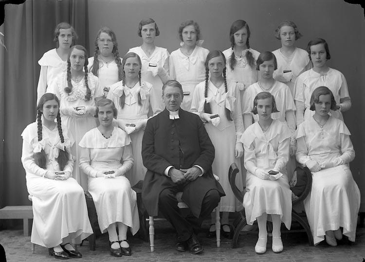 """Enligt fotografens journal nr 6 1930-1943: """"Läsbarnen, Prosten Franck Ödsmål""""."""