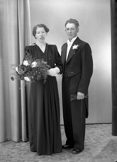 "Enligt fotografens journal nr 6 1930-1943: ""Mattsson, Herr John Hälle Stenungsund""."