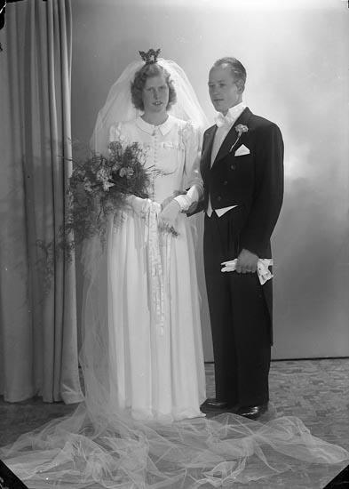 """Enligt fotografens journal nr 7 1944-1950: """"Berndtsson, Herr Lars, Dälna Svenshögen""""."""