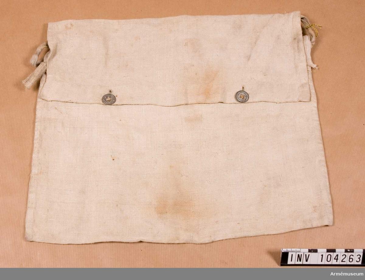 Grupp C Ur uniform m/1845 för menig vid 128 de infanteriregementet i Frankrike. Buren av greve S Lewenhaupt. Består av vapenrock, långbyxor, damasker, skärmmössa, lägermössa, kapuschong, halsduk, näsduk, ränsel, brödväska, kokkärl, skärp, gördel, putstrasa. Av vit lärft. Lock som stänges med två järnknappar. Gehäng av samma lärftsband.
