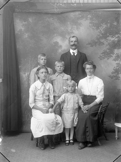 "Enligt fotografens journal Lyckorna 1909-1908: ""Wikström. Tjöstelsröd Ljungskile""."