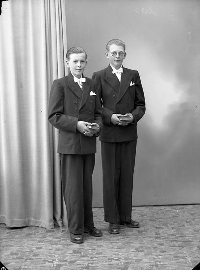 "Enligt fotografens journal nr 7 1944-1950: ""Olsson, Clas o Karl Gerhard Kyrkenorum""."