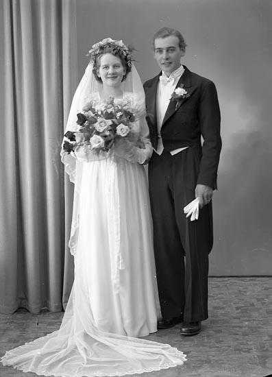 """Enligt fotografens journal nr 7 1944-1950: """"Karlsson, Herr Evald Bageriet Svenshögen""""."""