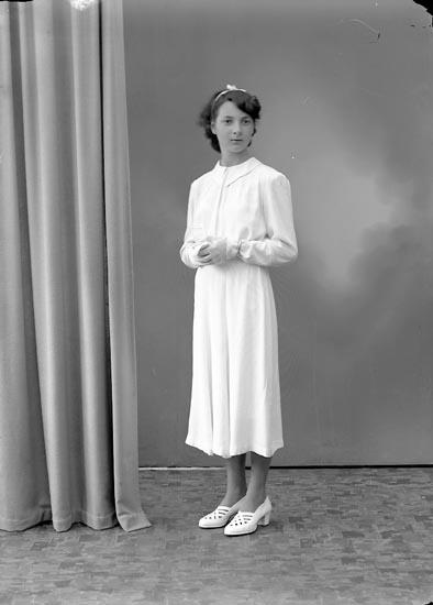 """Enligt fotografens journal nr 7 1944-1950: """"Rask, Fr. Iris Box 98 Här""""."""