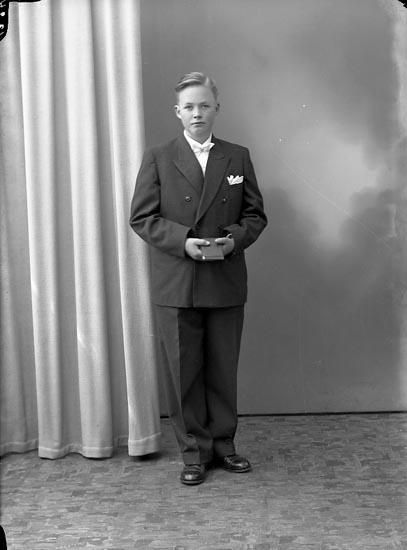 """Enligt fotografens journal nr 8 1951-1957: """"Thorén, Ivan, Kyrkenorum Här""""."""