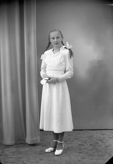 "Enligt fotografens journal nr 8 1951-1957: ""Svensson, Marianne, Rishammar, Kareby""."