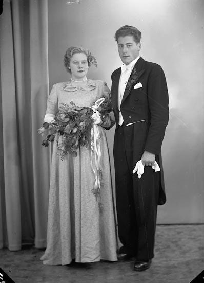 """Enligt fotografens journal nr 8 1951-1957: """"Johansson, Herr Gunnar Halleby Jörlanda""""."""