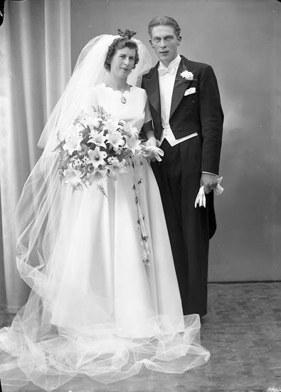 """Enligt fotografens journal nr 8 1951-1957: """"Samuelsson, Brudpar (Gösta) Ödsmål""""."""