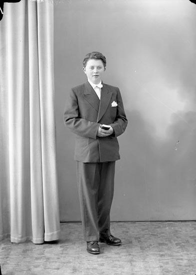 """Enligt fotografens journal nr 8 1951-1957: """"Brunsten, Jan Erik Stenungsund""""."""
