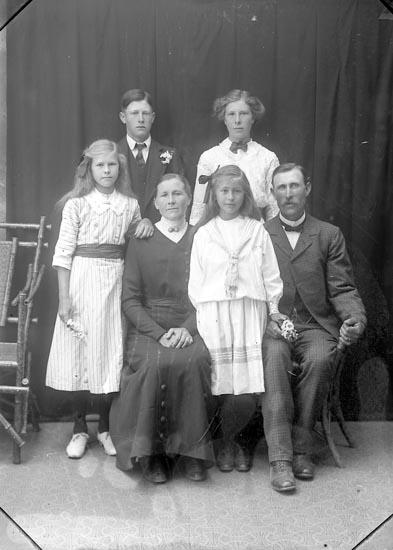 """Enligt fotografens journal Lyckorna 1909-1918: """"Pettersson, Th. Ljung Lyckorna"""". Enligt fotografens notering: """"Theodor Pettersson Ljung Lyckorna""""."""