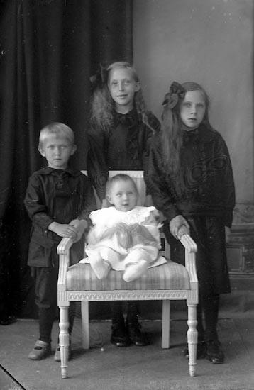 """Enligt fotografens journal Lyckorna 1909-1918: """"Stina Markusson Epidemisjukhuset Uddevalla""""."""