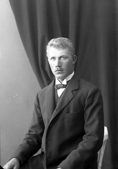 """Enligt fotografens journal nr 4 1918-1922: """"Olsson, Ivar Berg Wallen Jörlanda""""."""