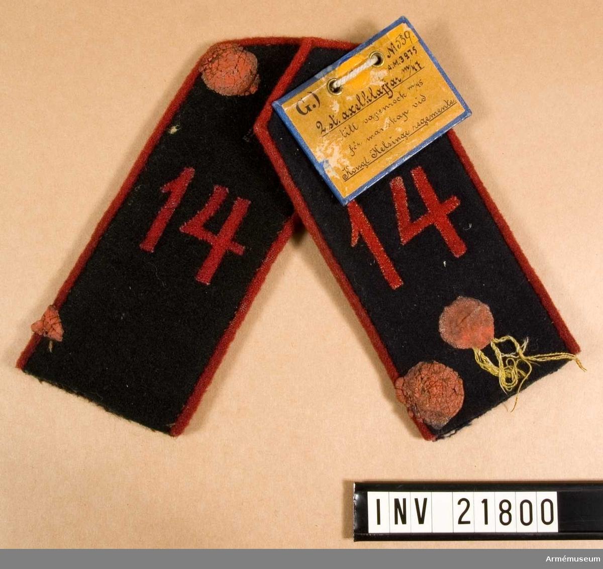Grupp C I. Axelklaffen med grå-brunt foder är för kapott, den andra för vapenrocken.