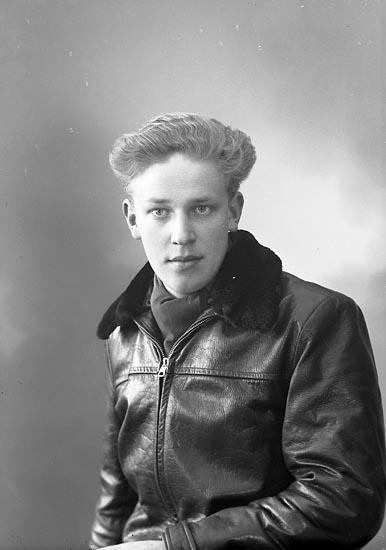 "Enligt fotografens journal nr 8 1951-1957: ""Larsson, Stig Bö Svanesund""."