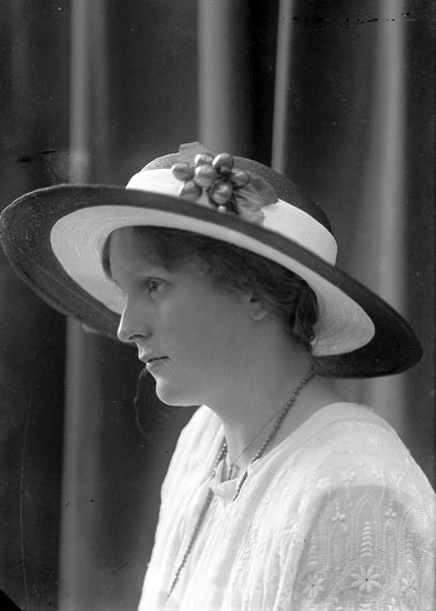 """Enligt fotografens journal nr 2 1909-1915: """"Holmqvist, Fröken Här""""."""