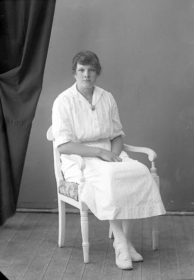 """Enligt fotografens journal nr 4 1918-1922: """"Landén, Hulda Tveten, Spekeröd""""."""