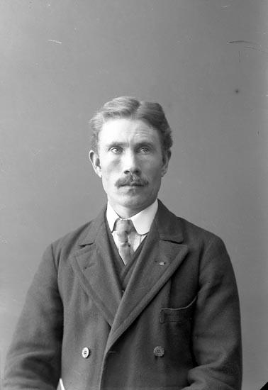 """Enligt fotografens journal nr 2 1909-1915: """"Andersson, Hjalmar Lunden, Ucklum""""."""