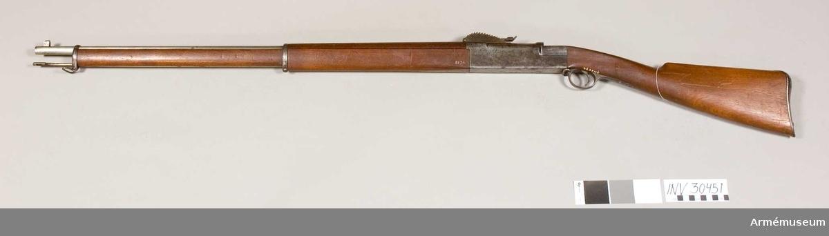 Grupp E II f. Hazelius konstruktion. Mekanismen saknas. Handskydd av trä över den blanka pipan.