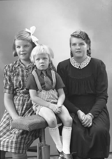 "Enligt fotografens journal nr 7 1944-1950: ""Persson, Herr Olof Box 4, Kode barnen""."