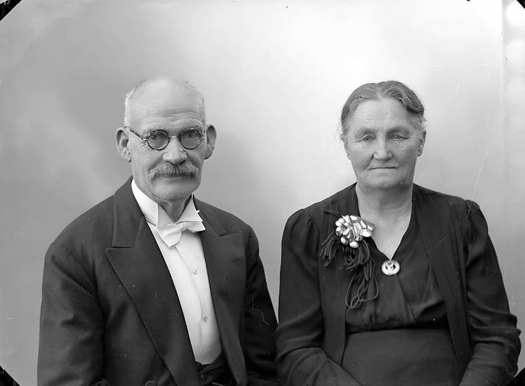 """Enligt fotografens journal nr 7 1944-1950: """"Johansson, Herr Oskar Stenungsund""""."""
