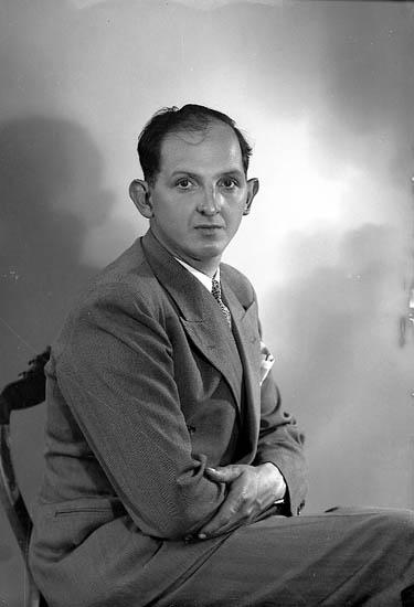 """Enligt fotografens journal nr 7 1944-1950: """"Olsson, Herr Alafors, Ödsmål""""."""