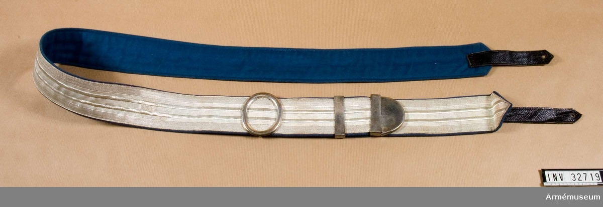 Grupp C I. Ur uniform m/1895 för löjtnant vid Livregementet t häst. Består av vapenrock, epåletter, kartusch, kartuschrem, skärp, hjälm, stövlar, spännsporrar, ridbyxor,