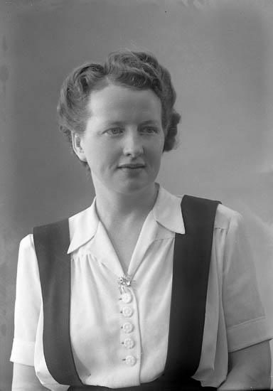 """Enligt fotografens journal nr 7 1944-1950: """"Larsson, Fru Elin Lundby Spekeröd""""."""
