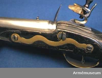 Grupp E III c. Beslag av mässing. Laddstock av trä med mässingsbeslag. På kammarstycket ett krönt F samt bokstaven Ö. På kolvhalsen en mässingsmedaljong med Gustaf III:s krönta namnschiffer. På kolvhalsens H sida nummer 25 inskuret och på dess motsvarande bokstäverna V B. Vid kolvknappen en ring av järn fästad, pistolen tycks vara par med AM 1932:4769.