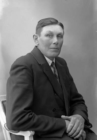 """Enligt fotografens journal nr 6 1930-1943: """"Olsson, Adolf Järnklätt, Här""""."""