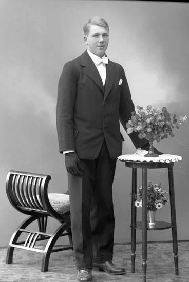 """Enligt fotografens journal nr 6 1930-1943: """"Karlsson, Bengt, Grankullen Här""""."""