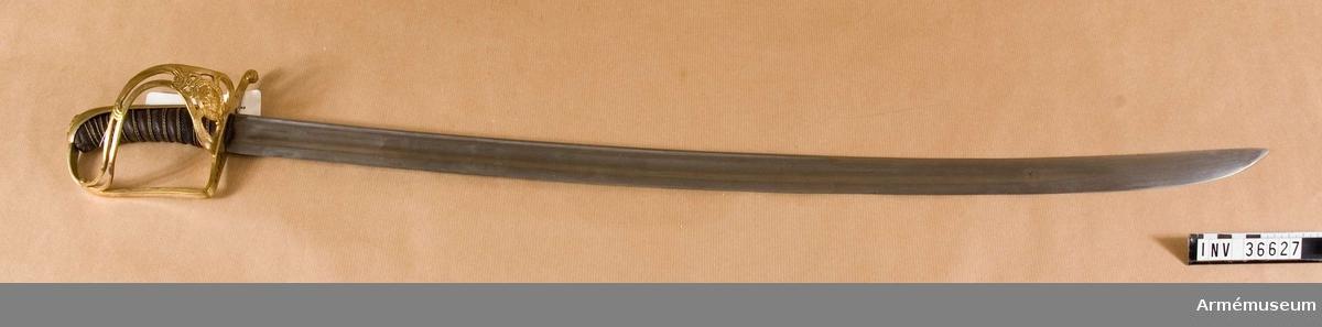 Grupp D II.  Klingbredd upptill: 31 mm. Under 1788-1790 års krig fört av dåvarande underofficeren, sedan kornetten Henrik Zidén. Klingans bredd upptill: 31 mm. Klingan är krökt och eneggad. Längs ryggen har den en blodrand och utanför denna skålslipning. Fästet har beslag av förgylld mässing. Kaveln är klädd med svärtat fiskskinn och runt den går en spiralräffla 10 varv. I räfflan är 2 mässingstrådar anbragta. Bägge trådarna är sammansnodda av två parter och bägge är snodda åt samma håll. Baktill har kaveln ryggbeslag, som upptill övergår i en låg kappa. Runt nitknappen finns ett ovalt, med fina, tvärgående räfflor prytt fält, som begränsas av en krans i ciselerat arbete. Parerstången är rak och har rektangulärt tvärsvnitt. Baktill slutar den i nedböjd knapp och framtill övergår från dess främre ände handbygeln i rät vinkel. Parerstångsknappen är på utsidan prydd med ett spiralornament.På yttersidan finns en uppåtvikt parerplåt, vilken prydes med tre kronor och ett par enkla ornament i ciselerat arbete. Från parerplåtens övre spets går en S-formigt krökt spång till handbygeln, som den träffar vid dess övre krök. Spånen är, utom på mitten, genombruten på längden och förlänges på andra sida om föreningspunkten av en liten, utåtböjd, avrundad flik. På innersidan finns intet skydd.