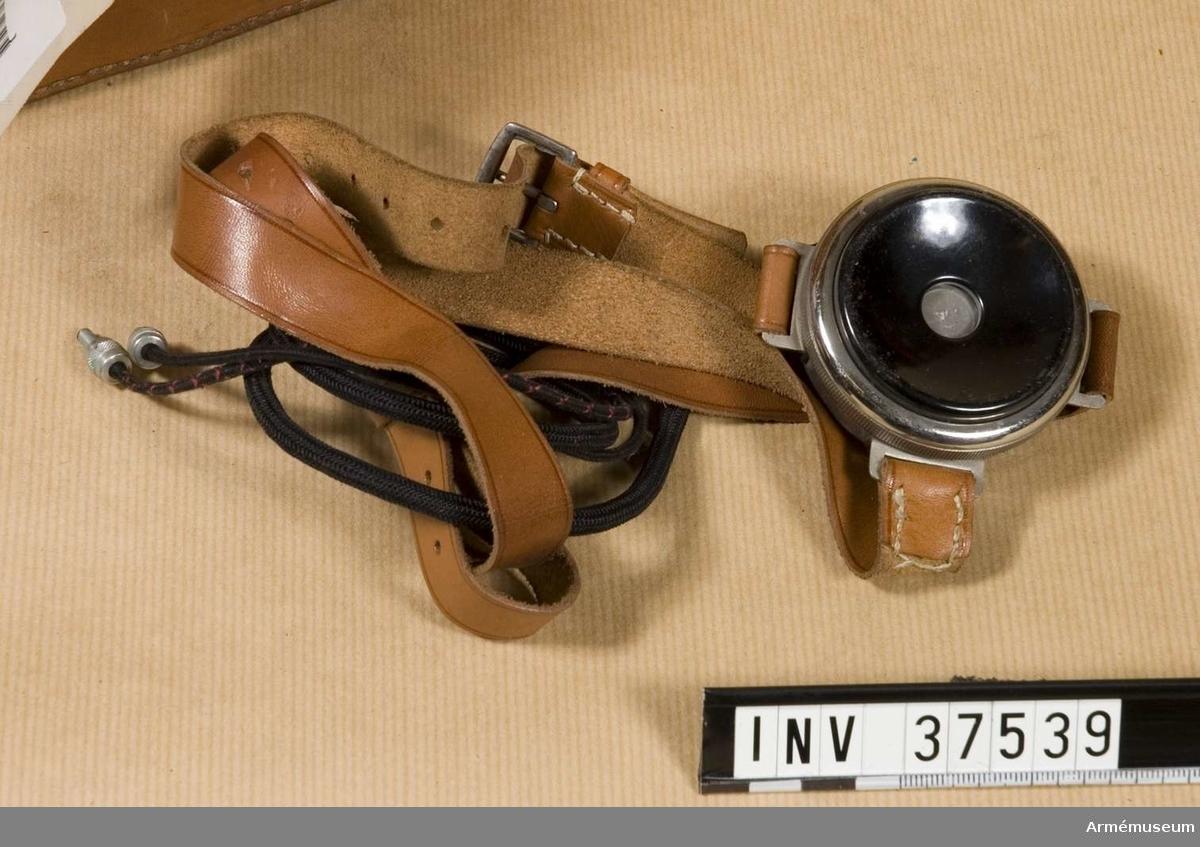 Samhörande nr 37538-40, telefon, hörtelefon, väska. Extra hörtelefon till telefonapparat m/1918 mindre. Grupp H I.