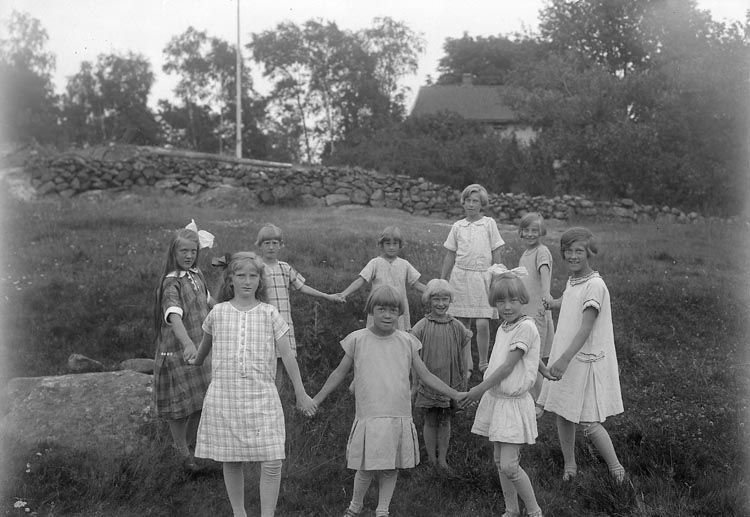 """Enligt fotografens journal nr 5 1923-1929; """"Barnkolonien i Uppegård flickorna"""". Enligt fotografens notering: """"Barnkolonien Uppegård, magister Tillman""""."""