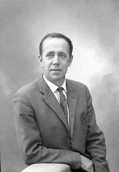 """Enligt fotografens journal: """"Herr Gösta Olofsson, Stenungsund""""."""
