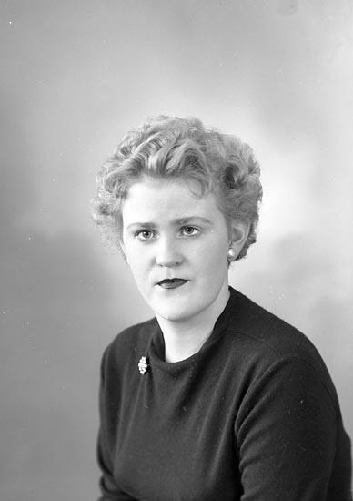 """Enligt fotografens journal nr 9 1958-: """"Holm, Fr. Ingrid Stenungsund""""."""