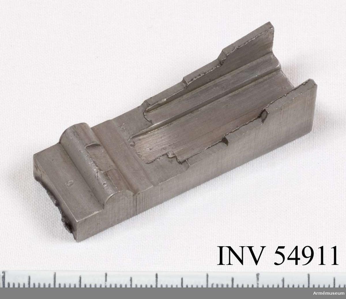 Grupp E VIII.   Del till pipa. Nr 9 (av 14) i tillverkningsordningen. Gevärsdel t 1867 års gevär m/1867; en av c:a 400 delar.