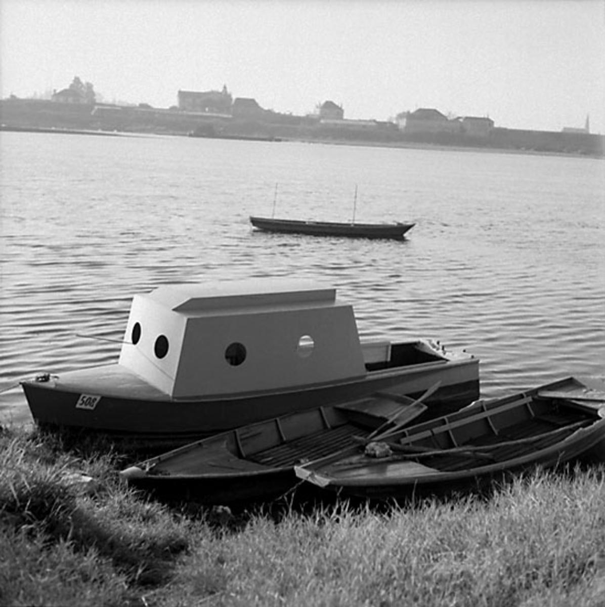 2. Nederländerna, Frankrike. Foto journal finns på B.M.A. + fotoalbum. Samtidigt förvärv: Böcker och arkivmaterial. Foton tagna mellan 1959-10-12. och 1959-10-16. 12 Bilder i serie.