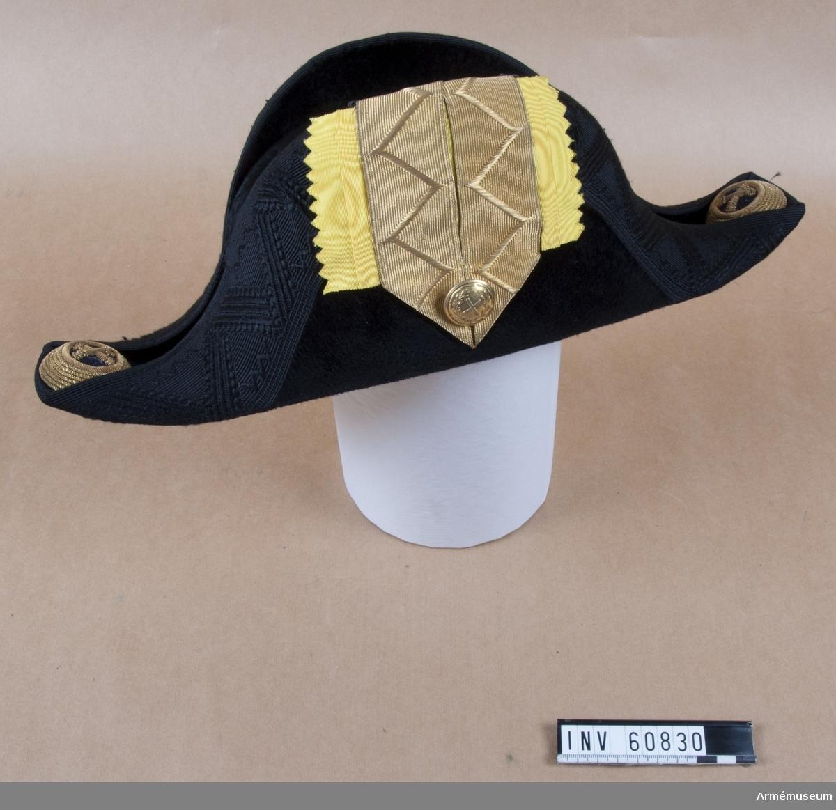 Grupp C I. Trekantig hatt med samhörande träfodral och plym.