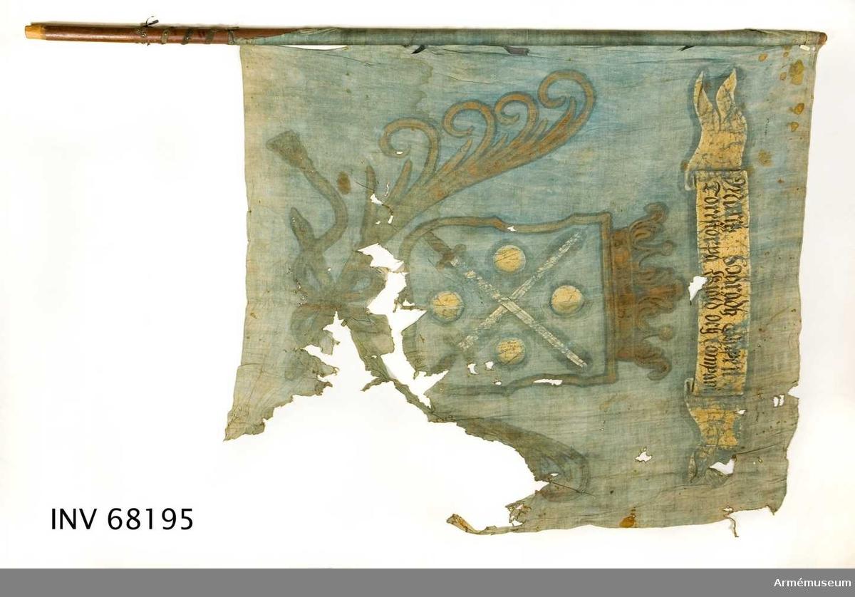 Duk: Tillverkad av enkel blå linnelärft. Två våder vertikalt sammanfogade med en liten fällsöm. Fållen upptill och nedtill lagd åt insidan. Fäst med sexuddiga stjärnliknande tennlickor på ett blått band, delvis bortfallet.  Dekor: Målad, lika på båda sidor. I mitten i gult en med öppen krona krönt sköld, nedtill infattad av två korsade palmkvistar och med långa tofsprydda band hopknutna palmkvistar. I skölden två korsade svärd med vita klingor och gula fästen, följd av fyra i vinklarna ställda vita kulor. Text på det vita inskriptionsbandet över skölden.  Stång: Tillverkad av trä. Avsågad upptill och nedtill. Brunmålad.