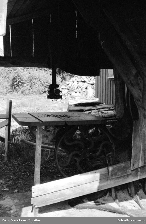 """Motivbeskrivning: """"Abel Johansson, Henån, Orust. Bandsåg."""" Datum: 19800710 Riktning: Ö"""