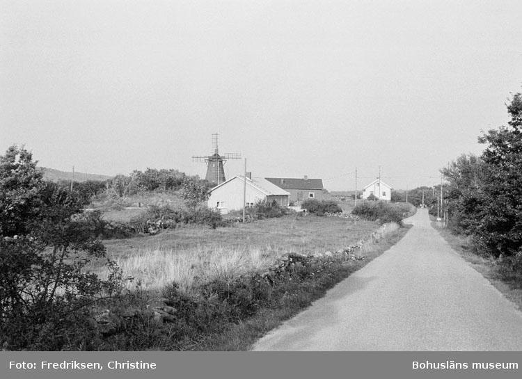 "Motivbeskrivning: ""Widholms industri AB, Lyröns Båtservice, Bö, Lyrön. Längst fram i bild båtbyggarverkstaden."" Datum: 19800908"