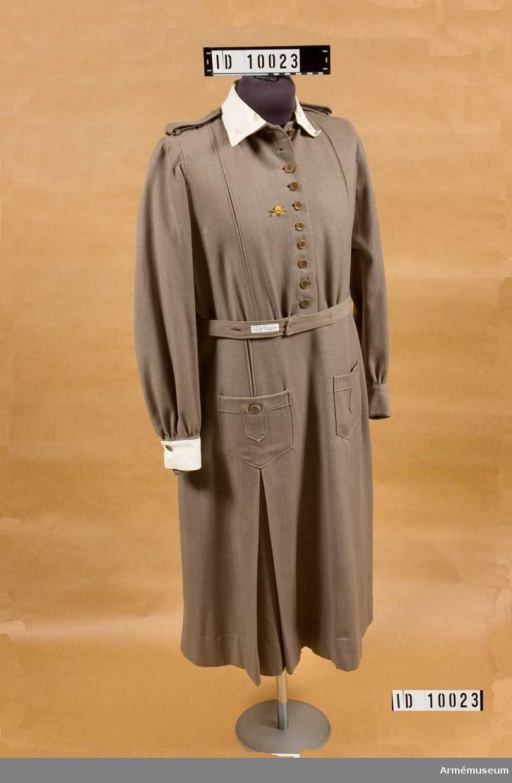 Grupp C I.  Består av: 1 klänning m/1921-1929, 2 kappa såkallad frenchcoat (civil).