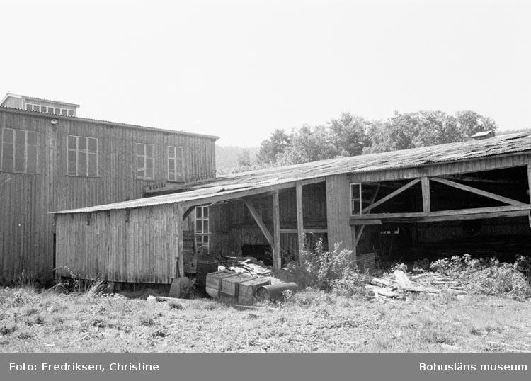 """Motivbeskrivning: """"Till höger, utrymme för bl.a. cirkelsåg (uppförd år 1938), till vänster båtbyggarmagasin (uppförd år 1938)""""."""