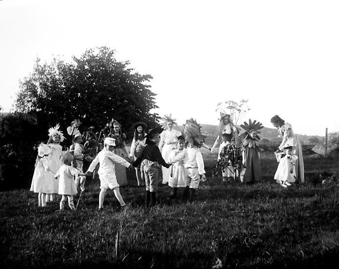 """Enligt fotografens noteringar: """"Ringdans af """"Blommor."""" Plats: Skanskullen Datum: 30 Juli 1897 Tid: Kl 6.40 e.m. Ljus: Solsken Bländare: No 2 Objektiv: Svenska Express Exponering: Hastighet No:2 3/4 Framkallning: Hydroechinon, Eikonogen"""