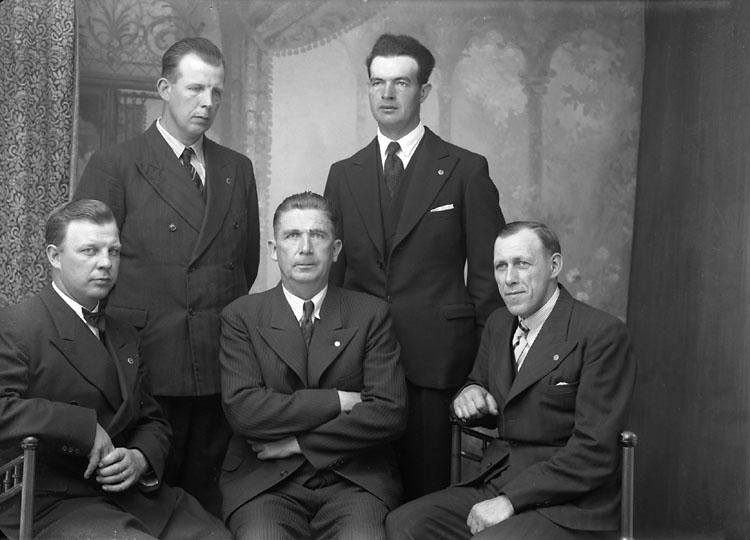 """Enligt noteringar: """"Styrelsen i Munkedals Socialdemokratiska Arbetarekommun. Sittande från vänster: Gustav Waern, Otto Sohlberg (ordförande), Gustav Johansson. Stående från vänster: Karl Waern, Bo Karlsson, (Vinåsen)."""" (BJ)"""