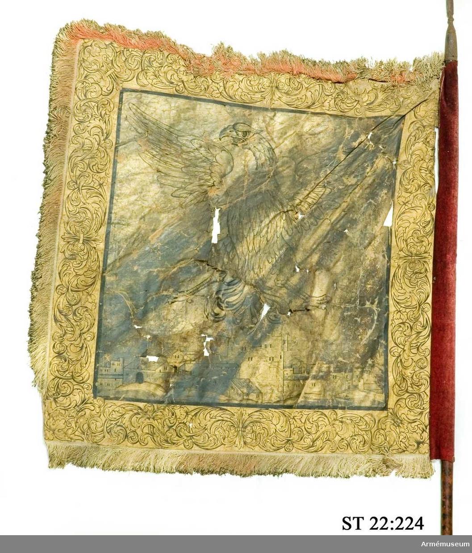 Duk av linneväv helt bemålad på båda sidor med guldfärg och dekor tecknad med svarta konturer. Mittenmotivet är en örn med silhuetten av en stad under sig. Bård med slingrande växtmotiv. Röd silkesfrans runt tre sidor av duken.