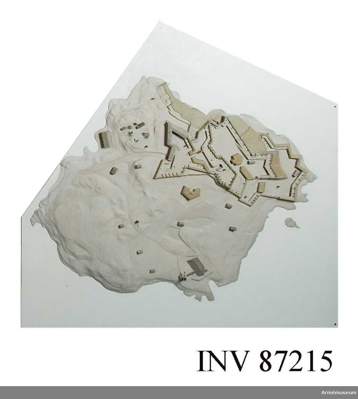 Grupp: L. Modellen till öfästningen Sveaborg utanför Helsingfors återger den stora anläggningen sådan den tedde sig, då den överlämnades den 3 maj 1808 till ryssarna.